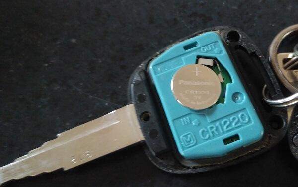アルトのキーレス電池を浮かす