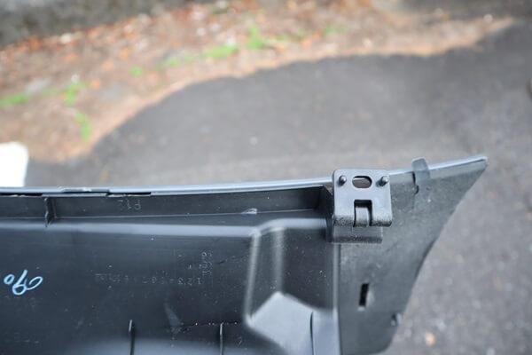 グローブボックスの下部のネジ